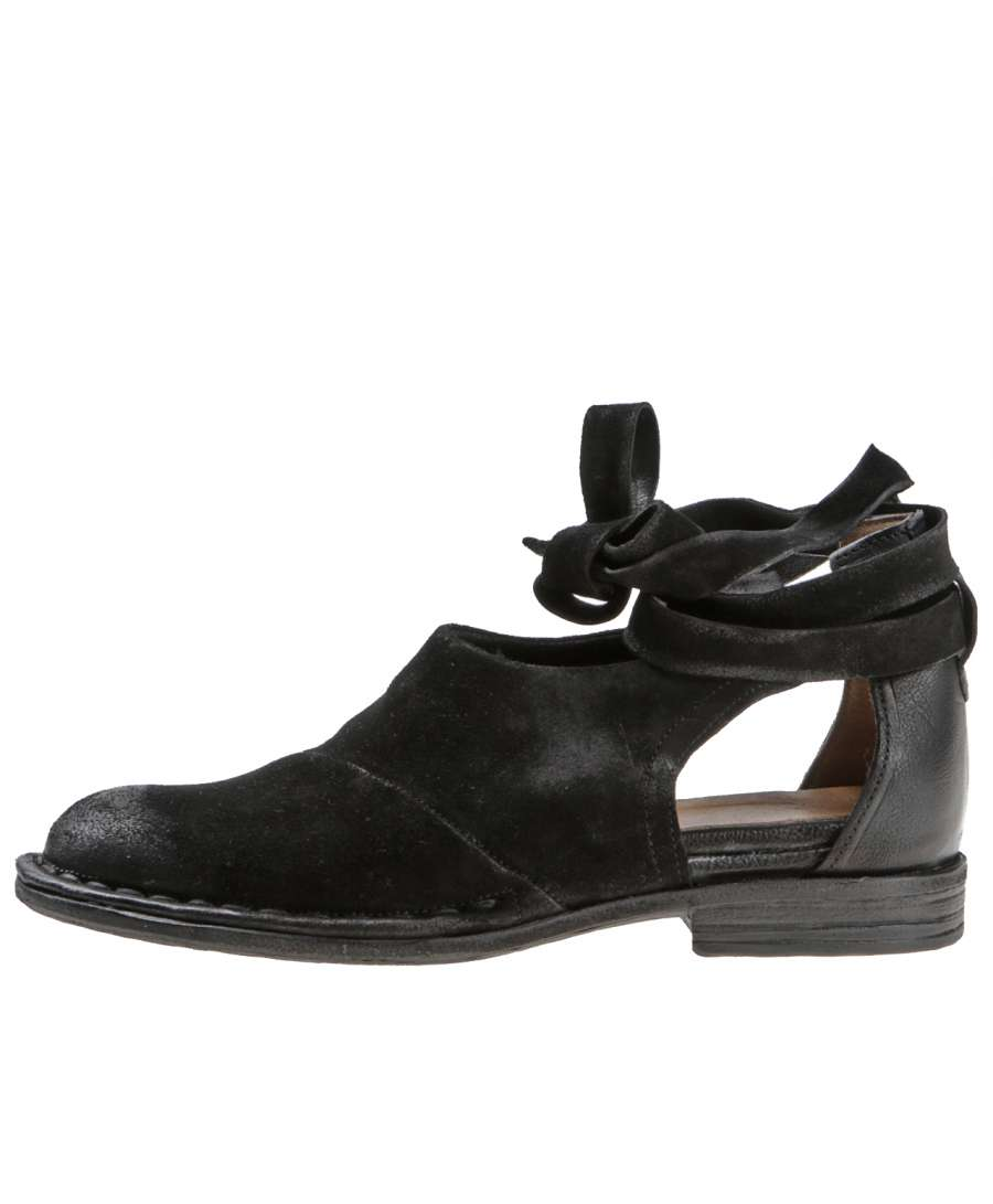 Cut-out low shoes nero