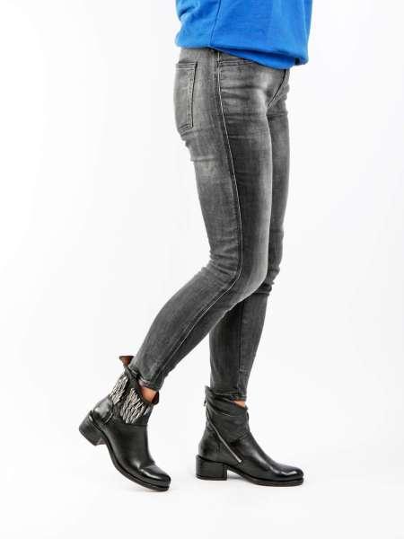 Asymmetrische Stiefelette nero